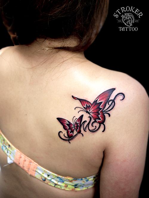 蝶々 赤 女性 背中 タトゥー