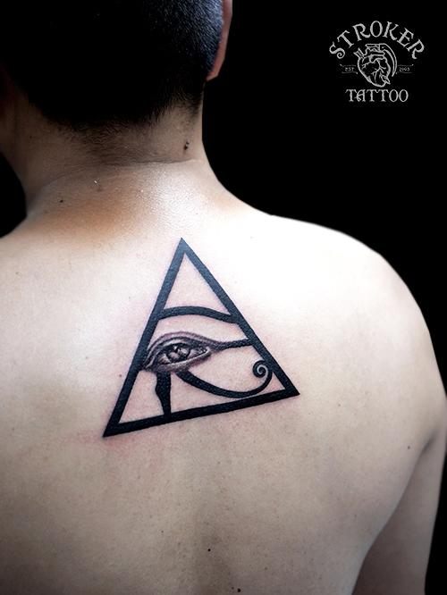 ホルスの目 三角 背中 タトゥー