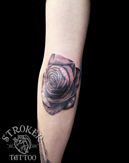 肘 薔薇 タトゥー