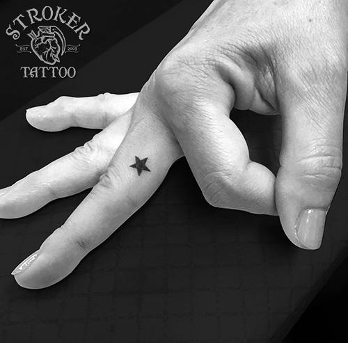 指に星のタトゥー