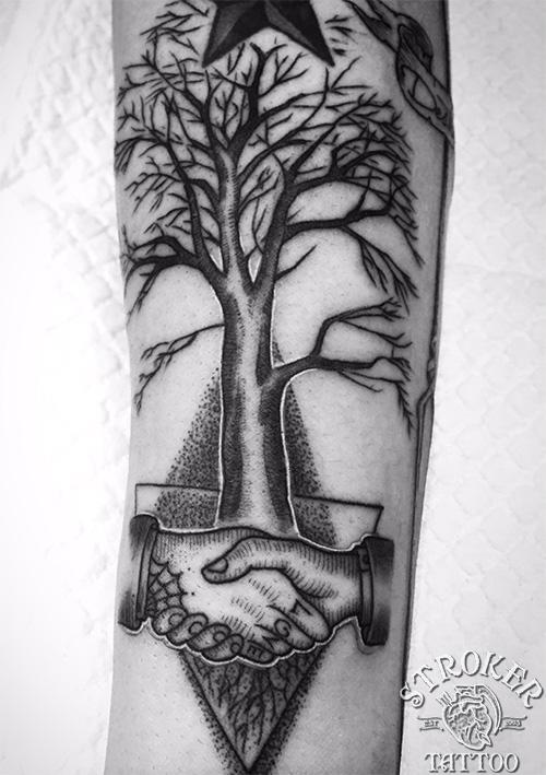 握手と木のタトゥー