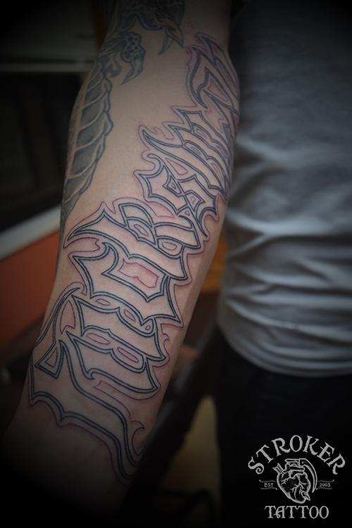 文字 タトゥー 英語 筋彫り ギャング