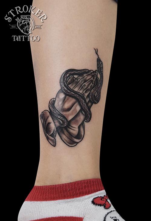 蛇 プレイハンズ 合掌 タトゥー