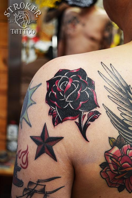 薔薇 黒 ピンク トラディショナル タトゥー
