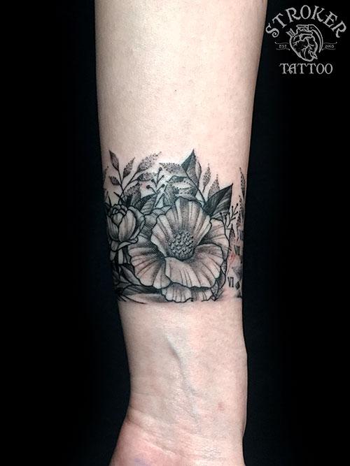 手首に花のタトゥー2