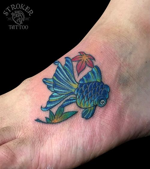 足の甲に金魚のタトゥー