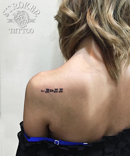 女性肩甲骨文字タトゥー