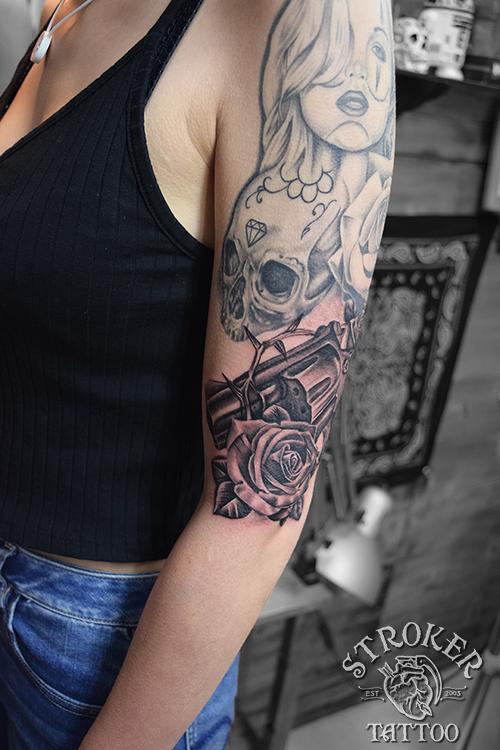 女性薔薇 銃 リアル タトゥー