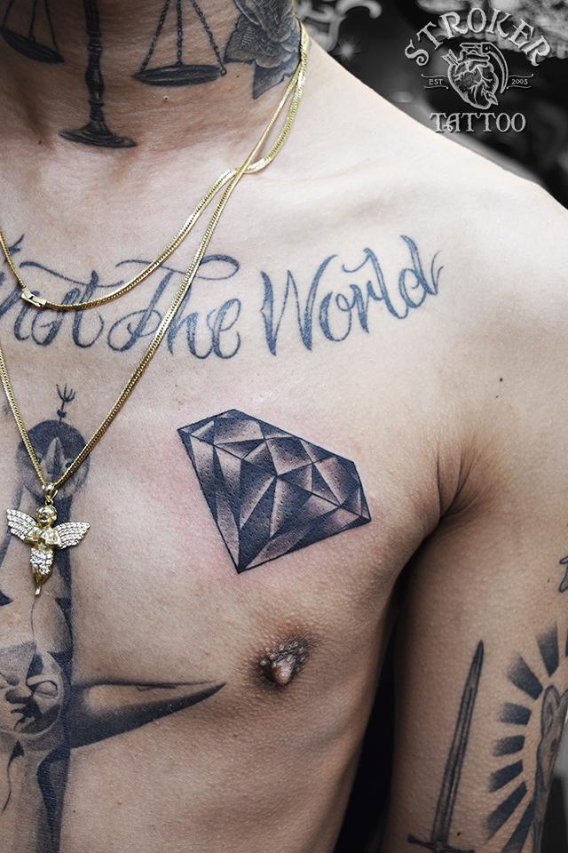 ダイヤモンド タトゥー 胸