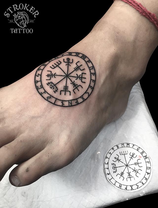 ルーンコンパスのタトゥー