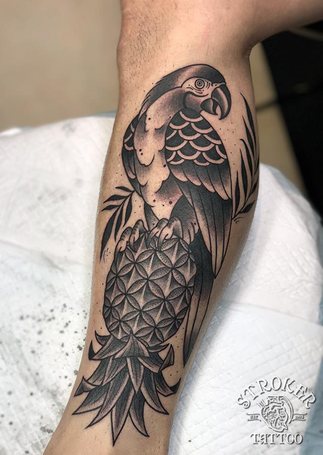 オウム、ふくらはぎのタトゥー