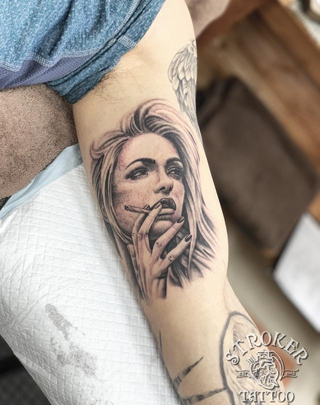 タバコ 美人 女性 リアル タトゥー