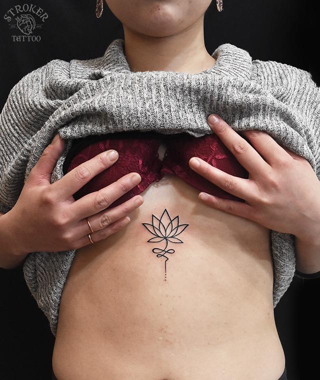 女性蓮タトゥー