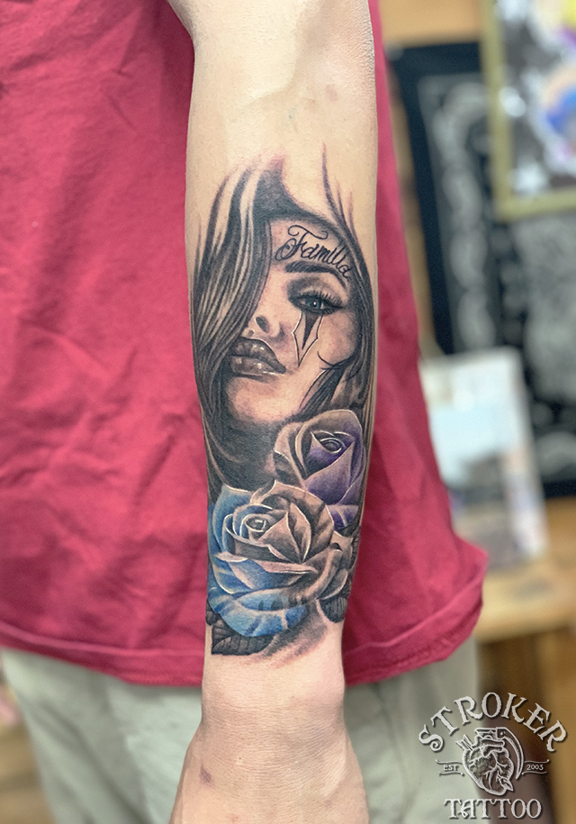 チカーノ バラ リアル 女性 レタリング タトゥー