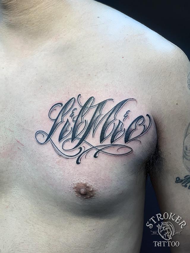 胸のScriptタトゥー