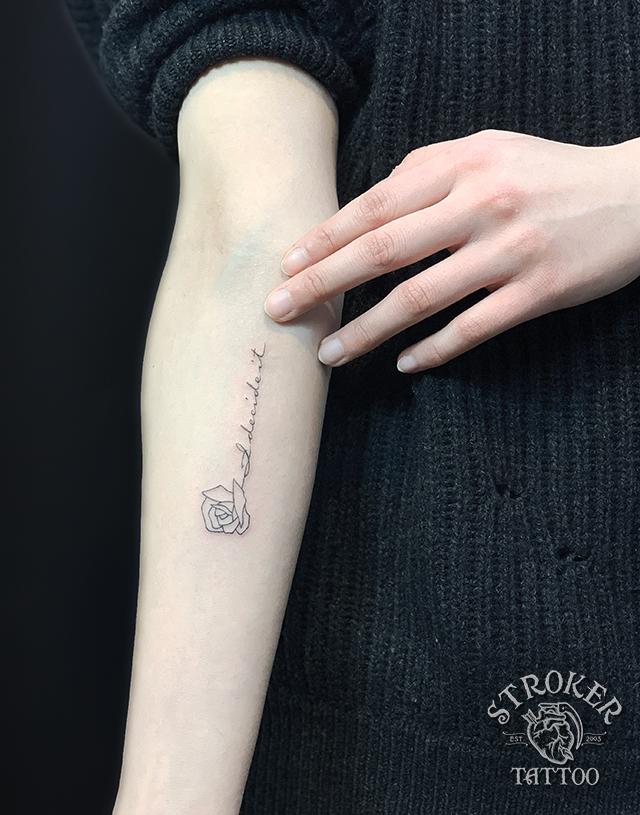 細い文字のタトゥー