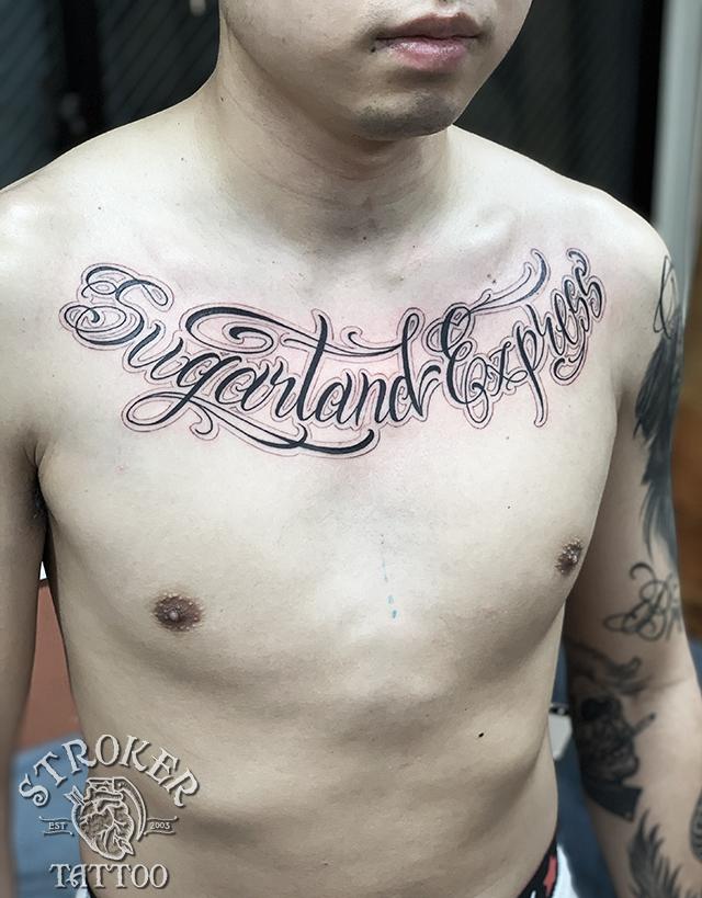 スクリプト くるくる ピンストライプ 胸 文字 チカーノ タトゥー