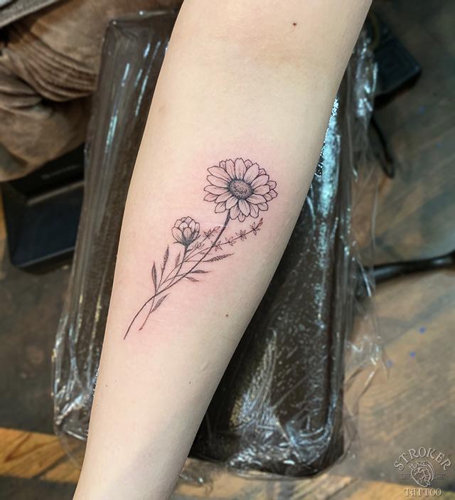 ガーベラ花女性タトゥー