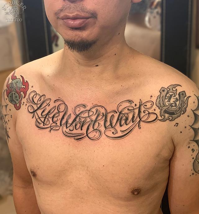 男性胸文字タトゥー