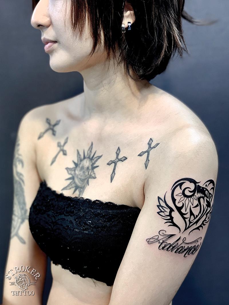 腕のタトゥー、ハートとサメ