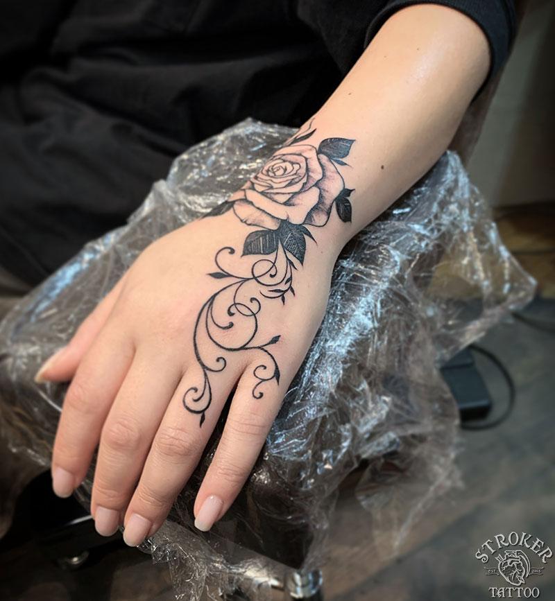 女性薔薇タトゥー