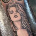 女性タトゥー