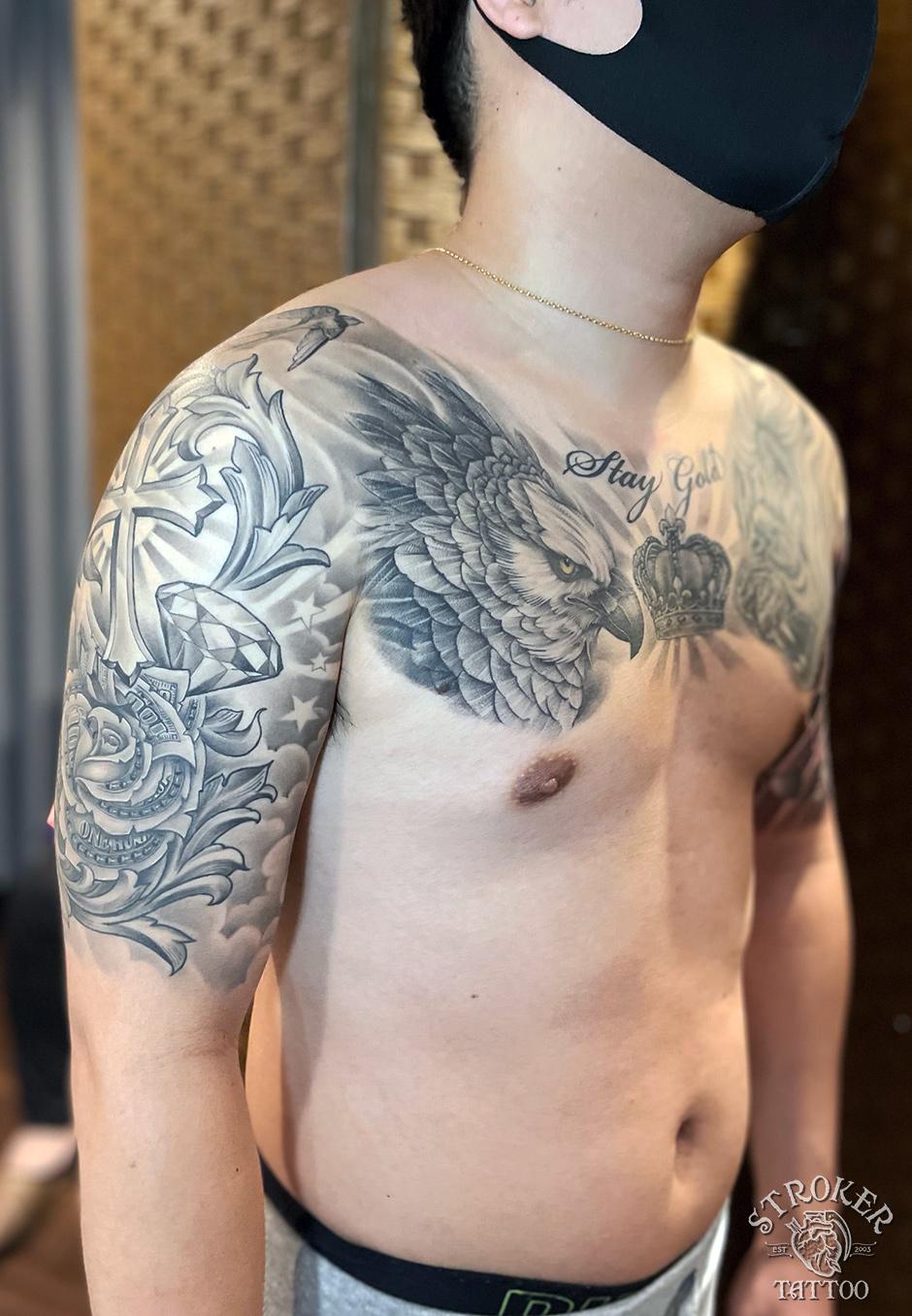 両胸のタトゥー